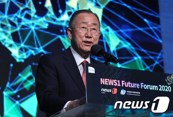 반기문 국가기후환경회의 위원장(전 유엔 사무총장)이 16일 오전 서울 중구 더플라자호텔에서 열린 뉴스1 미래포럼에서 '글로벌 리더십이 사라진 세계, 한국의 선택은?'을 주제로 특별강연을 하고 있다.   뉴스1과 유엔 미래포럼이 공동으로 주최하는 이번 포럼은 신종 코로나 바이러스 감염증(코로나19)가 전 세계를 흔들어 놓은 2020년, 포스트 팬데믹 이후의 새 질서를 논의하기 위해 마련됐다. 2020.7.16/뉴스1
